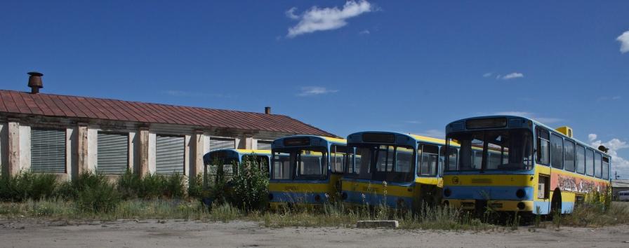 Une rangée d'autobus désertés