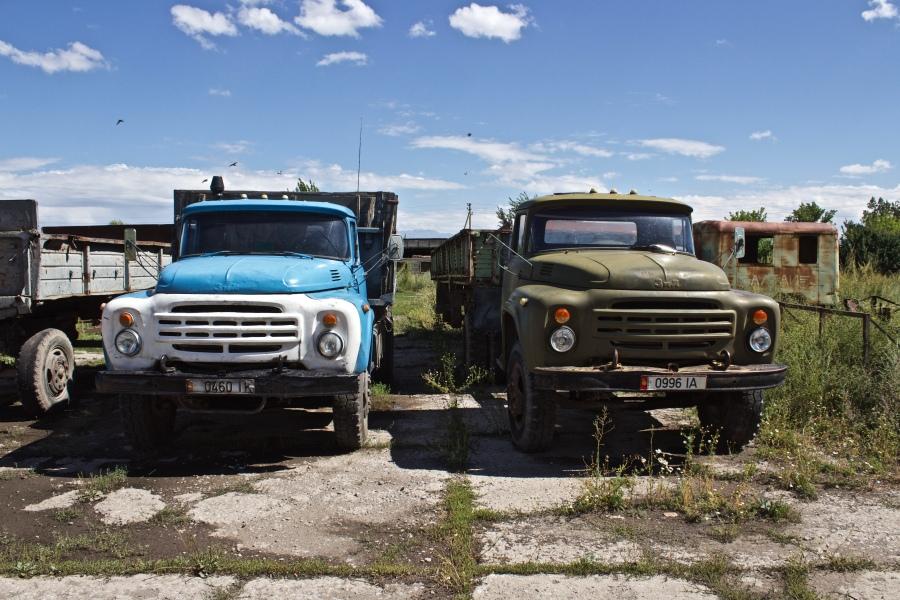 Deux camions ZIL-130.