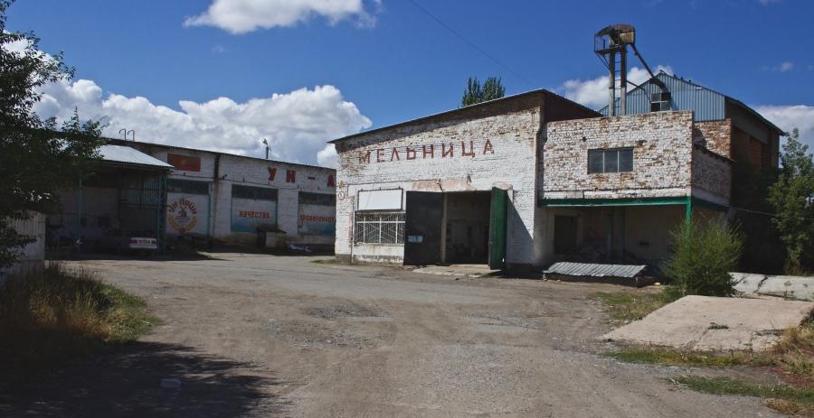 Une usine fermée à l'extérieur de Tup.
